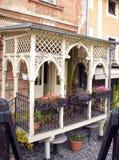 Красивый винтажный балкон старый дом в улицах одном Cesky Krumlov Стоковое Изображение RF