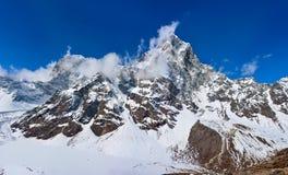Красивый вид гималайских гор покрытых с снегом Стоковое Изображение