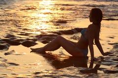 Красивый вид девушки сидя на пляже Стоковые Изображения
