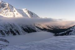 Красивый вид замороженного озера горы Стоковое Изображение RF