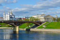 Красивый вид западного реки Dvina, святого собора Dormition, Витебска, Беларуси Стоковые Изображения RF