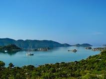 Красивый вид залива с плавая яхтой и островом Kekova Стоковые Изображения