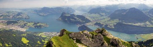 Красивый вид к озеру Люцерн (Vierwaldstattersee), горе Ri стоковые изображения