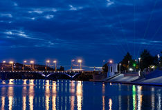 Красивый вид на ноче загоренной с голубым светом Vinnytsia Стоковая Фотография RF