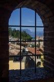 Красивый вид на озере Garda (Италии), Sirmione и итальянке Альпах Стоковое Фото