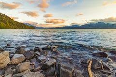 Красивый вид на озеро на заходе солнца Стоковое Изображение