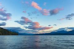 Красивый вид на озеро на заходе солнца Стоковая Фотография RF
