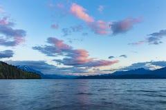 Красивый вид на озеро на заходе солнца Стоковое Изображение RF
