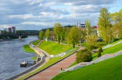 Красивый вид обваловки западного Dvina Riverl, Витебска, Беларуси Стоковые Изображения