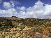 Красивый вид обозревая ржавую красную пустыню, дистантные горы в острове Фуэртевентуры, Canaries, Испании Стоковые Фото