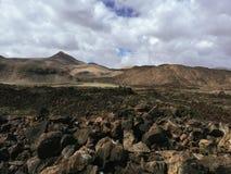 Красивый вид обозревая ржавую красную пустыню, дистантные горы в острове Фуэртевентуры, Canaries, Испании Стоковое Фото
