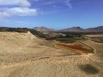Красивый вид обозревая ржавую красную пустыню, дистантные горы в острове Фуэртевентуры, Canaries, Испании Стоковые Фотографии RF