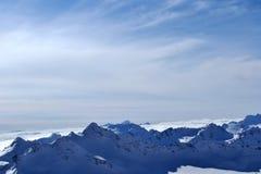 Красивый вид облаков пересекая гребень горы внушительная гора Стоковая Фотография RF