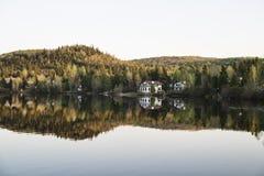 Красивый вид домов на озере и горе Стоковые Фотографии RF