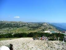 Красивый вид от вершины горы к восходящим туристам стоковые фото