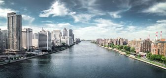 Красивый вид от трамвайной линии между Манхэттеном и островом Рузвельта, Нью-Йорком Стоковое фото RF