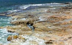 Красивый вид пляжа камня моря, моря, волн, голубого неба Стоковая Фотография RF
