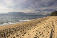 Красивый вид пляжа Caraguatatuba, северного побережья положения Стоковая Фотография RF