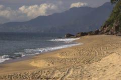 Красивый вид пляжа Caraguatatuba, северного побережья положения Стоковое фото RF