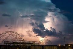 Красивый вид драматических темных бурных неба и молнии над пляжем Темная бурная ноча, драматическое scape неба с яркой молнией Стоковая Фотография RF