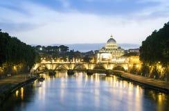 Красивый вид реки Тибра и купола Ватикана, Рима Стоковые Фотографии RF