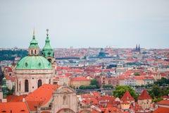 Красивый вид старинного здания с красными крышами в Праге, чехии Стоковая Фотография
