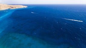 Красивый вид темносинего пляжа Стоковое Фото