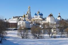 Красивый вид троицы Sergius Lavra в дне зимы солнечном, изумительной красоте архитектурного ансамбля старых русских monas Стоковые Изображения RF