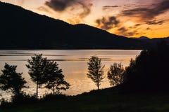 Красивый вид фьорда на предпосылке яркого неба захода солнца Норвегия Стоковое Фото