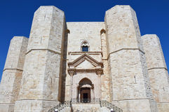 Красивый вид Castel del Monte, известного замка построенного в восьмиугольной форме святым римским императором Фредериком II в 13 Стоковые Фотографии RF