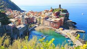 Красивый вид Vernazza сверху Одна из 5 известных красочных деревень национального парка Cinque Terre в Италии видеоматериал