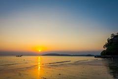 Красивый внешний взгляд пляжа AO Nang во время захода солнца на провинции Krabi, море Andaman, к югу от Таиланда Стоковые Изображения