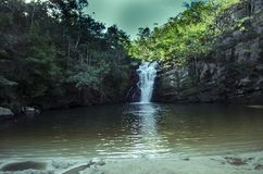 Красивый водопад в гроте стоковая фотография rf