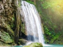 Красивый водопад в лесе с sonlight на Kanjanaburi t стоковое изображение