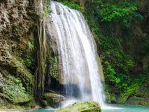 Красивый водопад в лесе с sonlight на Kanjanaburi t стоковое фото