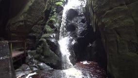 Красивый водопад в пещере сток-видео