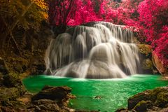 Красивый водопад в чудесном лесе осени национального парка, водопад Huay Mae Khamin, провинция Kanchanaburi, Таиланд стоковое фото