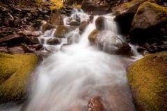 Красивый водопад горы с быстрыми текущей водой и утесами, долгой выдержкой стоковые изображения rf
