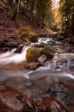 Красивый водопад горы с быстрыми текущей водой и утесами, долгой выдержкой стоковое изображение