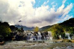 Красивый водопад на долине голубой луны, Yulong, Юньнань Стоковое Изображение