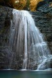 Красивый водопад на реке горы стоковое фото rf