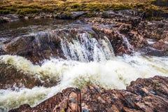 Красивый водопад на реке Etive в гористых местностях Шотландии Стоковое Изображение