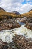 Красивый водопад на реке Etive в гористых местностях Шотландии Стоковое Фото