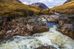 Красивый водопад на реке Etive в гористых местностях Шотландии Стоковые Фото