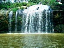 Красивый водопад среди тропиков стоковые фотографии rf