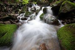 Красивый водопад тропического леса горы с быстрыми текущей водой и утесами, долгой выдержкой стоковое фото