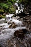 Красивый водопад тропического леса горы с быстрыми текущей водой и утесами, долгой выдержкой стоковая фотография rf