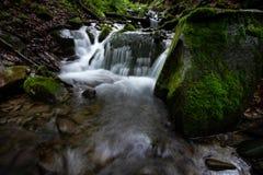 Красивый водопад тропического леса горы с быстрыми текущей водой и утесами, долгой выдержкой стоковые изображения
