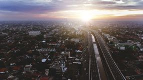 Красивый воздушный взгляд захода солнца пути пошлины Becakayu в восточной Джакарте Стоковая Фотография