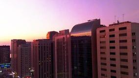 Красивый волшебный заход солнца с луной в городе Абу-Даби, Объединенных эмиратах акции видеоматериалы